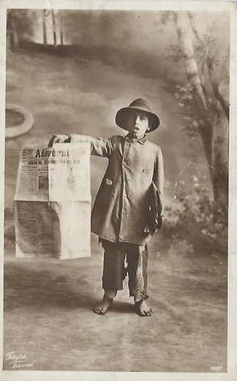 Copil vanzand ziare in Vechiul Regat
