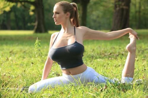 Tập yoga cùng siêu mẫu ngực bự lộ núm 8