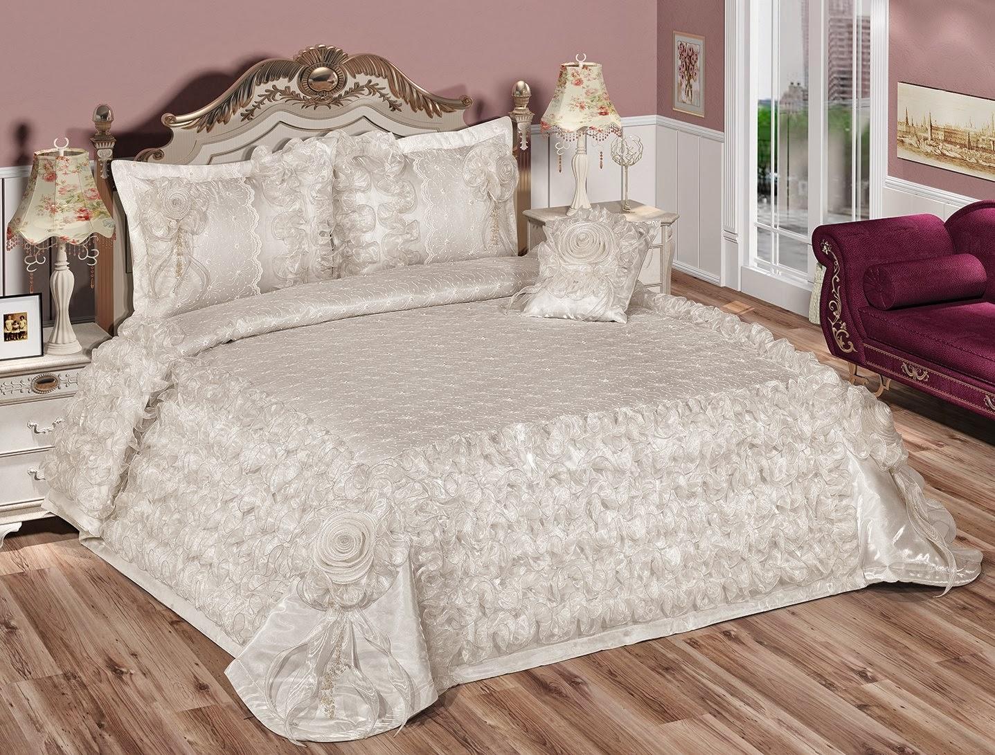 colcha branca+ 2 porta travesseiro+2 almofadas de rosas+ 3 tapetes