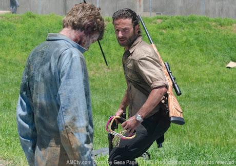 RIck Grimes (Andrew Lincoln) matando a un zombi con un mosquetón gigante