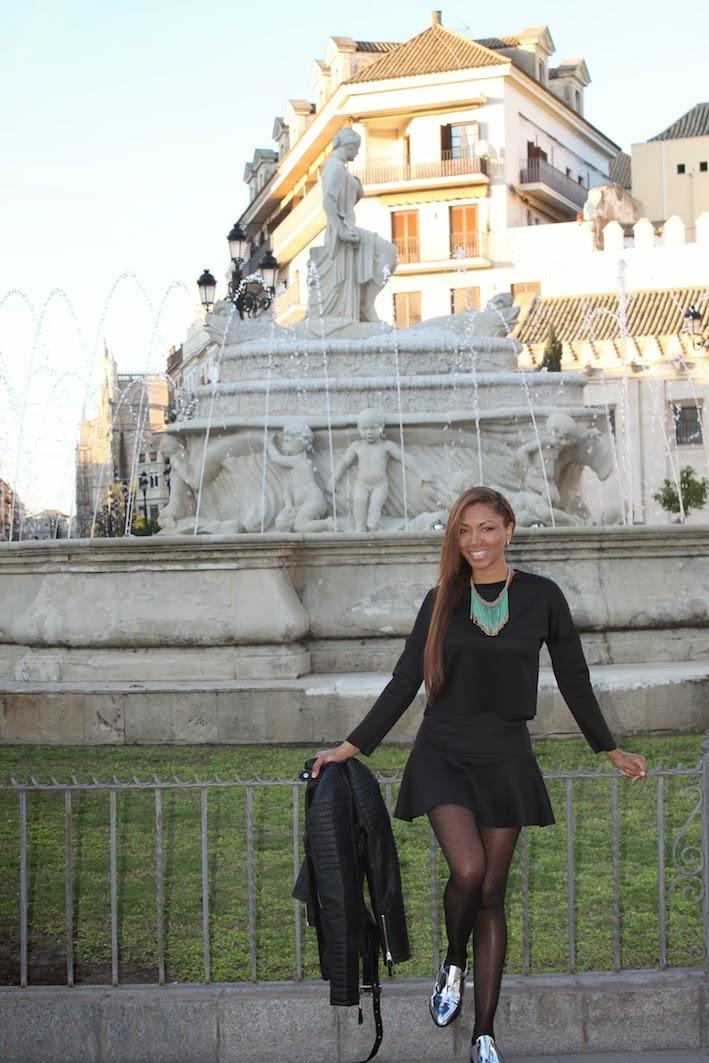 Chaqueta, blusa, falda de Green Coast, mocasines Gloria Ortiz y collar Adolfo Dominguez.