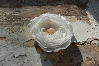 подушка своими руками, настроение своими руками, вышитая подушка, льняная подушка, деревенский стиль, наволочка, красивая наволочка, французские узелки, текстильные цветы, цветы из шелка, брошь-цветок, красивый цветок своими руками