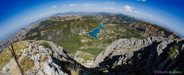 Bello entorno natural. Imagen: Pantano del Quiebrajano desde la Sierra de la Pandera en Valdepeñas de Jaén.