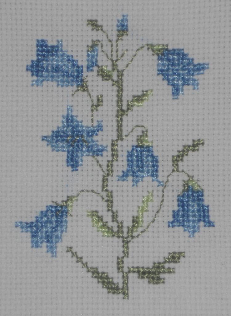 Flores de campanillas bordadas a punto de cruz