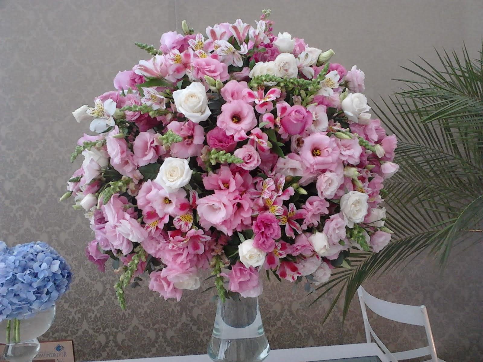 Arranjo floral em tons de rosa