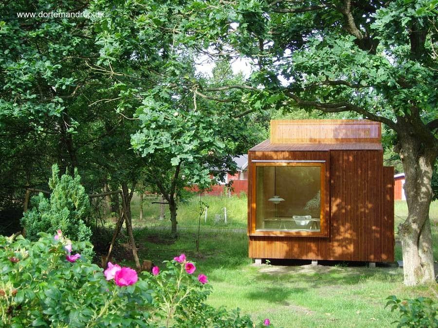 Pequeña cabina de madera con amplia ventana con habitación en su interior