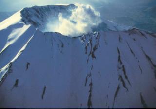 Gunung api terjadi karena ada tenaga dari bumi, yaitu peristiwa vulkanisme. (Sumber: Wallpaper Geo)
