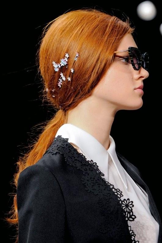 Frisur mit verzierten Haarspange