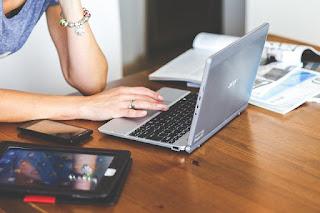 Bekerja didepan laptop