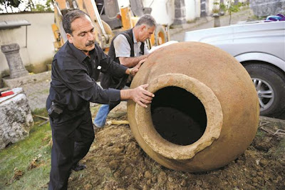 Early Byzantine pithos found by Turkish farmer
