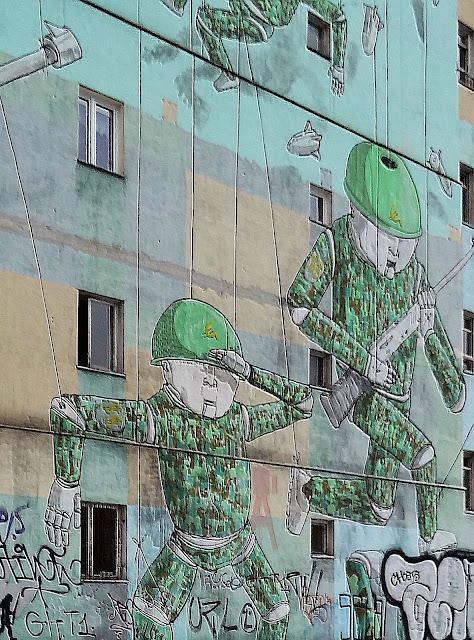 Marionetkowa armia na Kamienicy pod Żaglowcem.