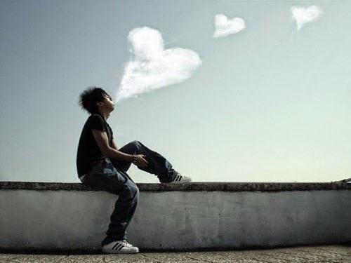 Hình ảnh người con trai hút thuốc thổi khói ra hình trái tim đẹp