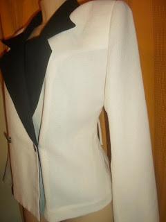 casaco  na cor creme com preto em poliéster de manga  comprida  e ombreira