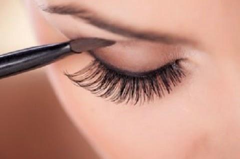 Num estudo recente, as mulheres classificaram a maquiagem nos olhos como o produto número um para realçar a atratividade de uma mulher. Rímel, sombra e delineador podem te ajudar.