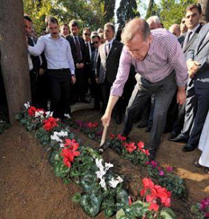 صورة لأوردغان لحظة دفن أمه