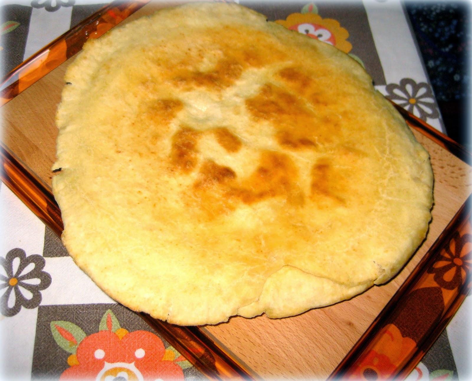 La ricetta della focaccia con zucchine e prosciutto è velocissima da preparare perchè si cuoce in padella.
