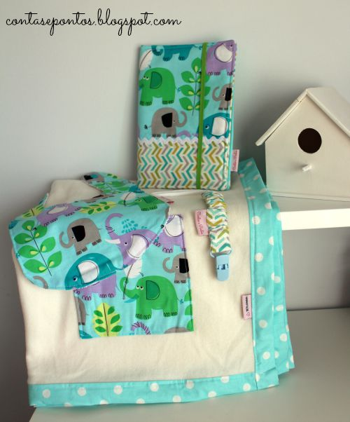 Conjunto de bebé - babete, suporte de chupeta, manta e porta documentos
