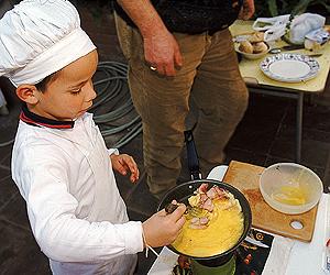 Tu mundo educativo cocinar otra manera de educar - Nina cocinando ...