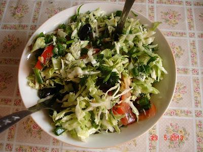 salata de rosii, ceapa verde, varza, marar si patrunjel