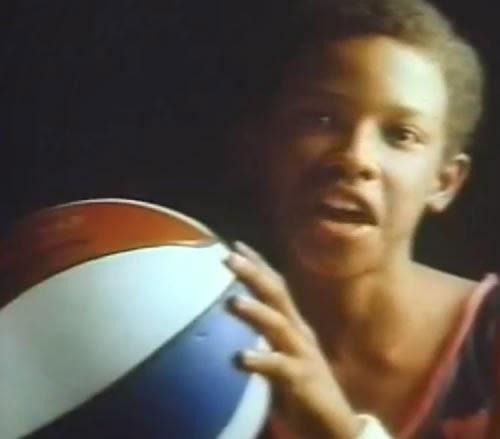 Propaganda do chiclete Ping Pong nos anos 80. Um adolescente jogando basquete foi o mote da campanha.