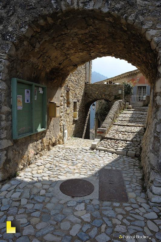 la porte principale du village de Brantes photo pascal blachier pour au delà du cliché