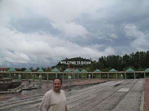 د. رشيد الطوخي في جولة سياحية بجزيرة باتم الاندونيسية