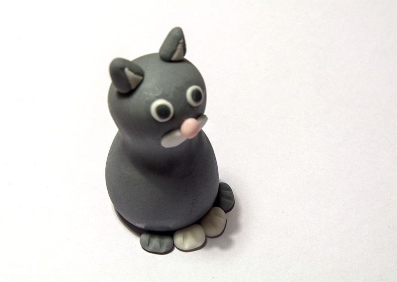 Cat fondant figure pawns on body