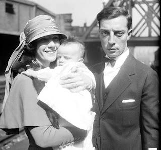 Tu vois bien qu'il ne sert à rien? En plus, il fait la gueule...(Buster Keaton et sa famille en 1922)