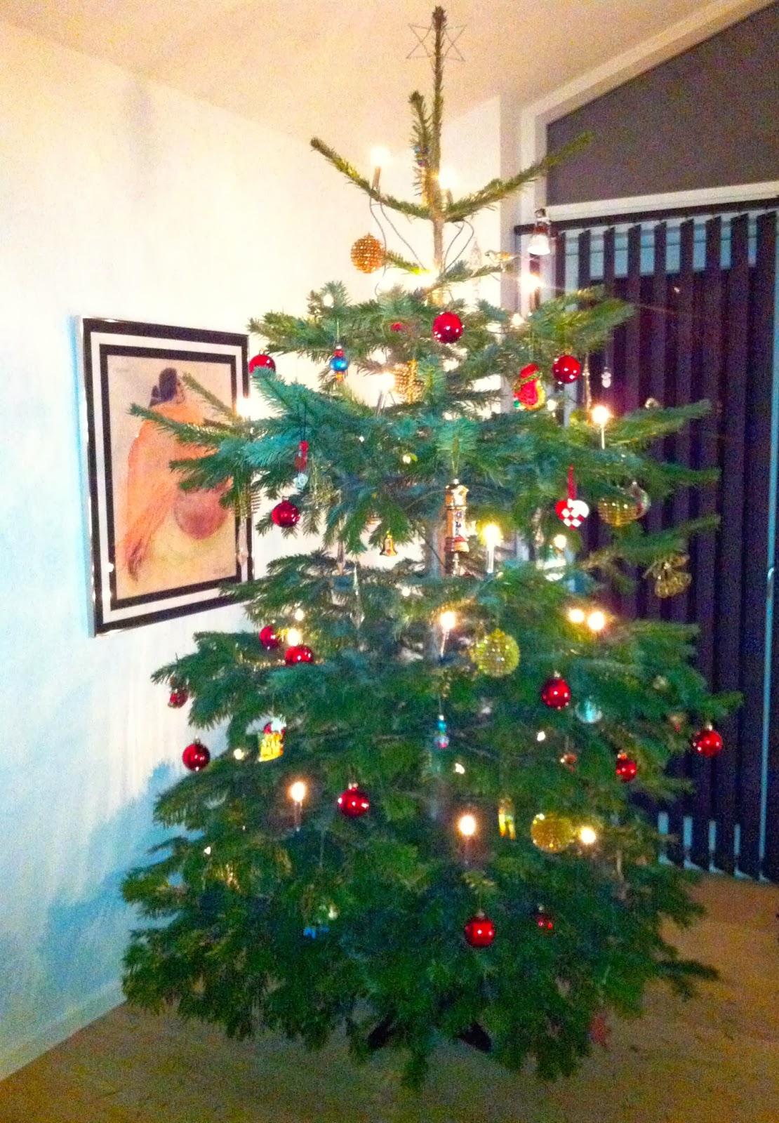 Nu är i allafall granen klar också…hoppas den inte tappar alla barren innan  jul…Jag tycker den blev jättefin  ) Hur ser era granar ut  61ddf0cba4921