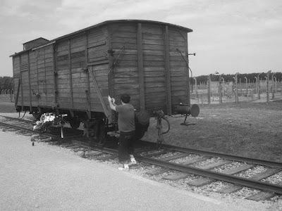 El vagón de Auschwitz-Birkenau con sus piedras.