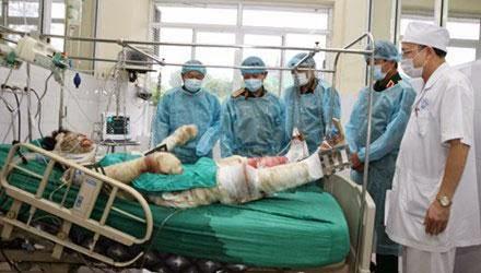 Các bác sĩ tận tình chăm sóc, cứu chữa đồnc chí bị nạn trong vụ rơi máy bay Mi171