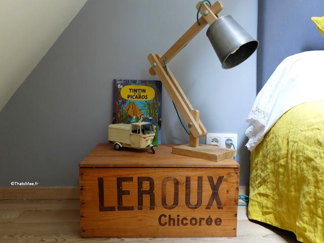 Table de nuit vintage chiné, boite de Chicorée Leroux lampe de chevet industrielle album Tintin