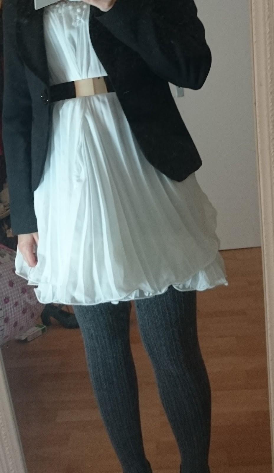 Weißes Kleid winterlich kombiniert