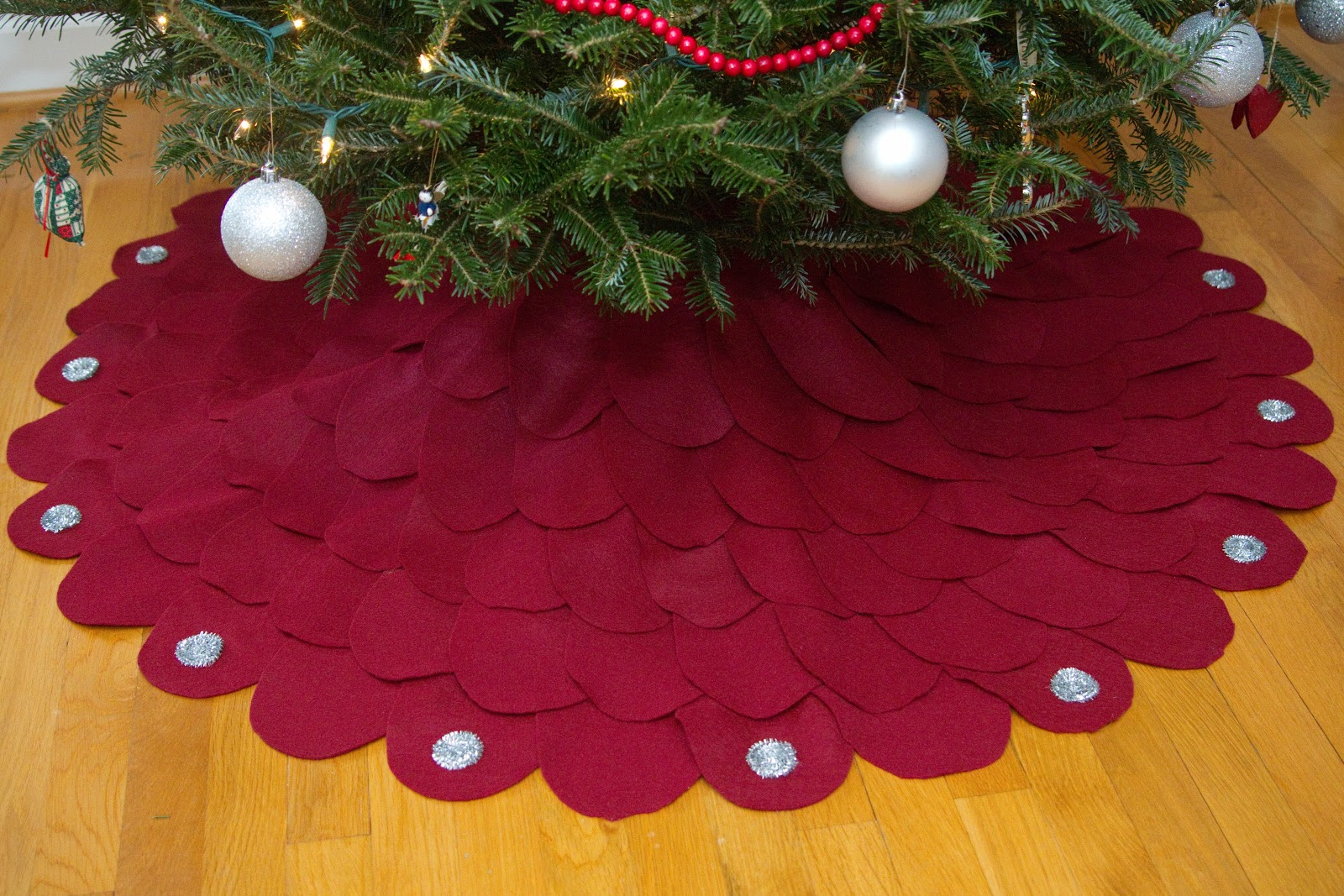 Little bits of home diy christmas tree skirt