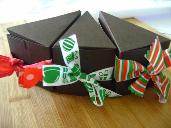 cones  com biscoitos e fechados com graciosas fitas de Natal