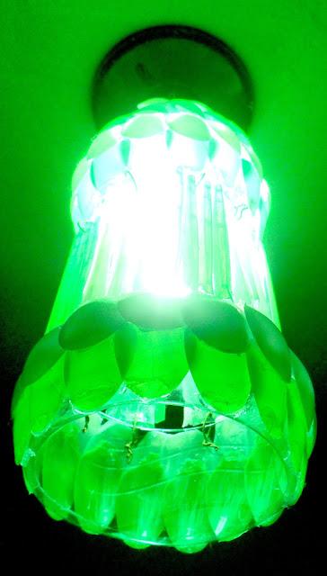 Blog Roxachic  ✂DIY - Como Fazer Luminária Feita de Garrafa Pet e Colheres Descartáveis  (Verde e Branca) #Lustre03