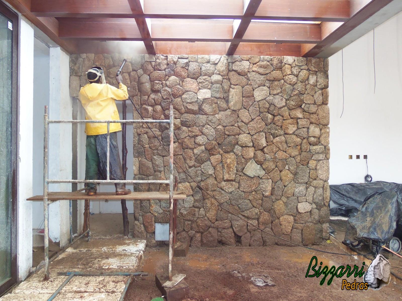 pedras jardim de inverno : pedras jardim de inverno:Parede de pedra com pedra moledo sendo lavada em baixo do pergolado de