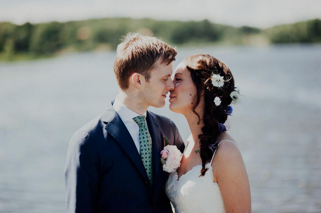 Bröllopskyss vid sjö utanför Stockholm