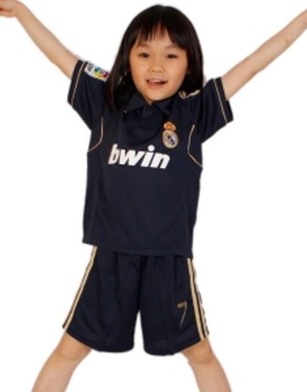 Gambar bayi perempuan cantik pakai baju sepak bola real madrid warna hitam