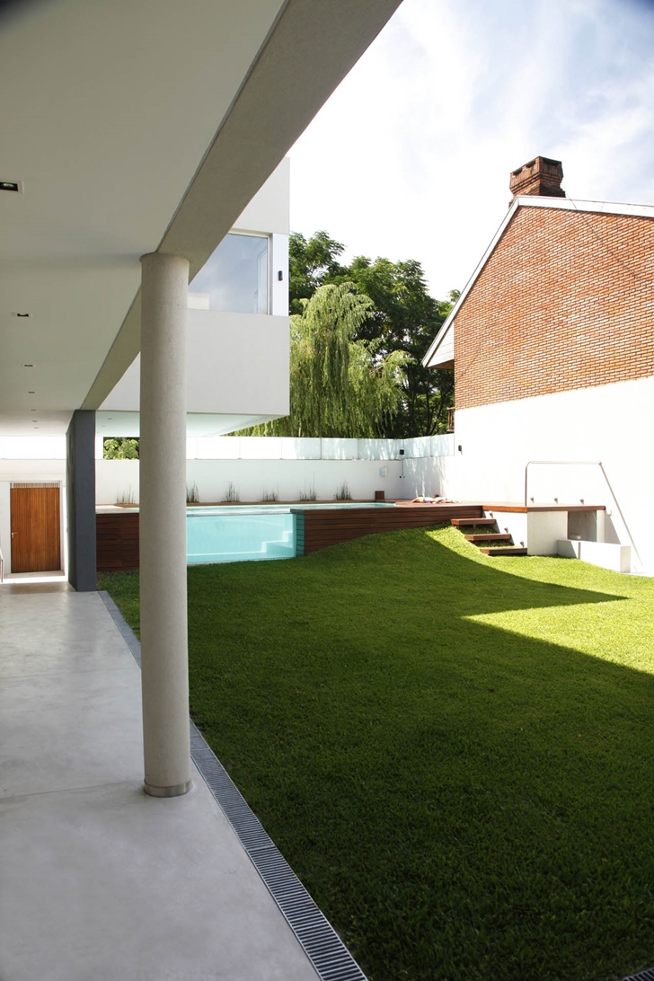 Backyard of Modern Villa Devoto by Andres Remy Architects