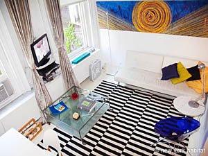 consejos piso pequeño, vivir en nueva york, decorar loft tipo NY, alfombra blanca y negra, mesa cristal, sillas modernas metacrilato