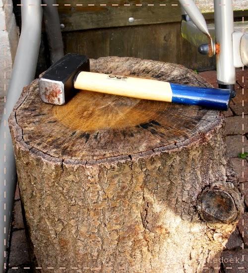 afbeelding van boomstronk als aambeeld, door Doekedoek, www.doekedoek.nl