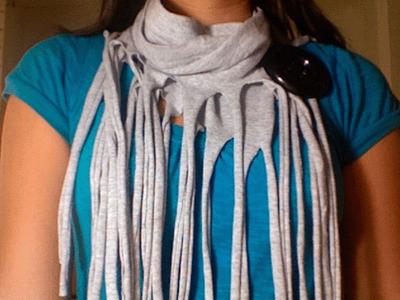Paso 4 Esta tela por ser de algodón al estirarla se enrosca automáticamente.Estira cada fleco de tu bufanda.