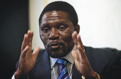 Angola: O PATRIOTISMO DE SAMAKUVA