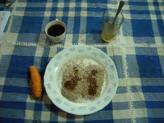 Desayuno de Xose: cereales (Wheetabix), miel, zanahoria, café y zumo de limón