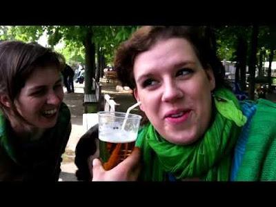 شاهد بالفيديو .. فتاة تشرب من أذنها !!!!