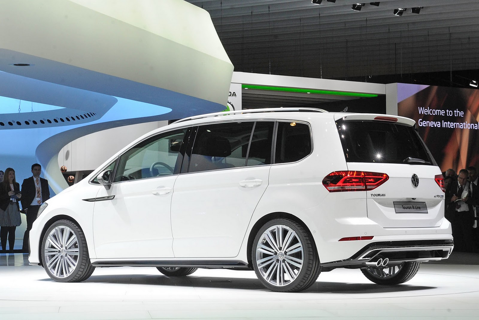 New vw touran looking good in r line outfit carscoops for Interieur tuning auto