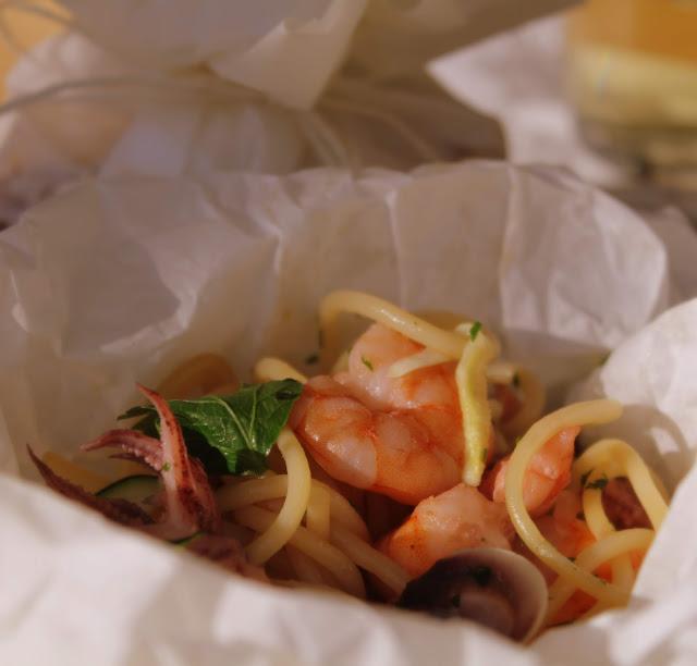spaghetti  con pesce al cartoccio
