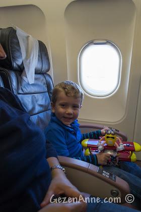 uçuştan önce alınan yeni bir oyuncak çocukları uzun süre oyalar