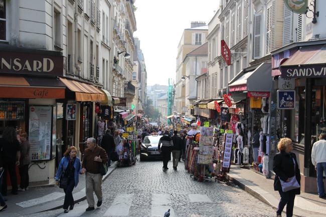street leading to La Basilique du Sacré Cœur de Montmartre